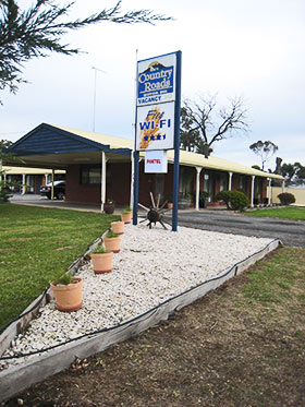 Warracknabeal Accommodation - BBQ Area at Country Roads Motor Inn